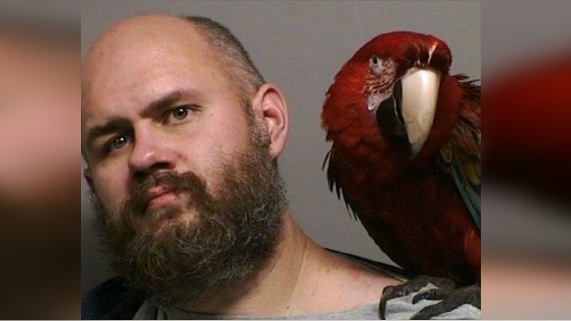 Craig Buckner and his macaw, Bird. (PHOTO: Washington County Sheriff's Office)