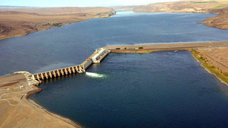 The fracture forming on spillway monolith No. 4 may have been exacerbated by a weak construction joint.